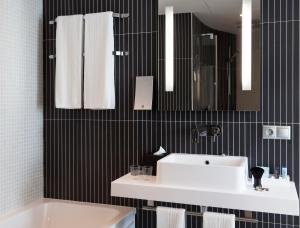 A bathroom at Novotel Suites Malaga Centro