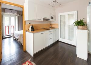 A kitchen or kitchenette at O Remanso Dos Patos