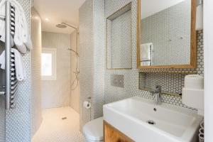 A bathroom at Hôtel Montholon