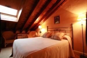 Säng eller sängar i ett rum på El Hotel De La Villa