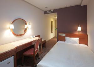 Кровать или кровати в номере Sasebo Washington Hotel