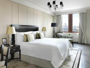 Кровать или кровати в номере Four Seasons Hotel Moscow