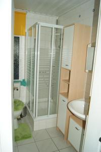 Ein Badezimmer in der Unterkunft Ferienhaus Peters