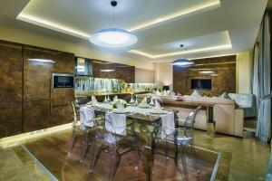 A restaurant or other place to eat at Bellis Deluxe Hotel
