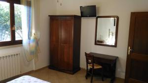 Телевизор и/или развлекательный центр в Villa San Nicola B&B