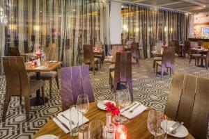 A restaurant or other place to eat at Hilton Leeds City