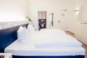 A bed or beds in a room at Fair Hotel Mönchengladbach City