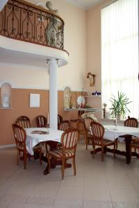 A restaurant or other place to eat at Villa Ermitazh