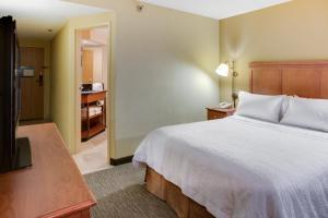 A bed or beds in a room at Hampton Inn Pittsburgh Greentree