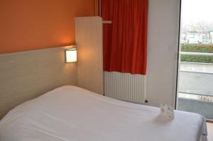 A bed or beds in a room at Premiere Classe Strasbourg Ouest