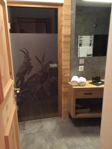 Ein Badezimmer in der Unterkunft Hotel Spöl Restaurant