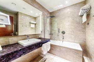 Ванная комната в Ramada Plaza by Wyndham Voronezh