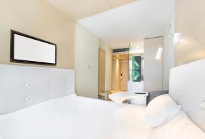 Łóżko lub łóżka w pokoju w obiekcie Sound Garden Hotel Airport