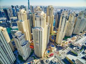 Blick auf Hilton Dubai The Walk aus der Vogelperspektive