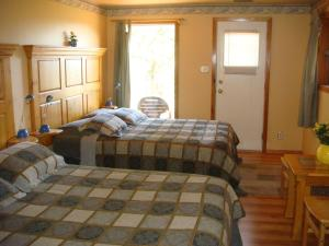A bed or beds in a room at Wildhorse Mountain Guest Ranch Bed & Breakfast