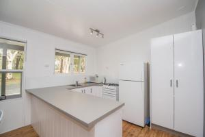 A kitchen or kitchenette at Lakeside Cabins & Holiday Village