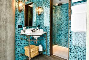 Een badkamer bij Soho House Istanbul