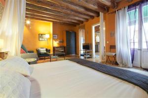 A bed or beds in a room at Friendly Rentals Manuela