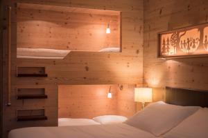 سرير أو أسرّة في غرفة في فندق إنترلاكن