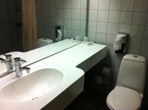 A bathroom at Hotel Nørherredhus