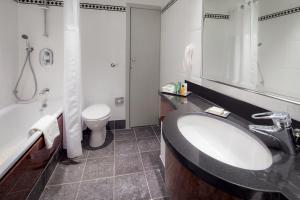A bathroom at Hilton Glasgow Grosvenor Hotel