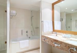 A bathroom at Holiday Inn Nürnberg City Centre, an IHG Hotel