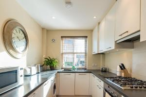 A kitchen or kitchenette at Camstay New Street