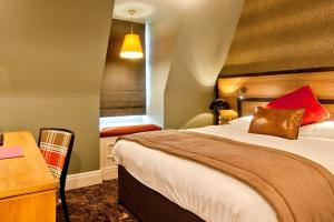 A bed or beds in a room at The Saltoun Inn Wetherspoon