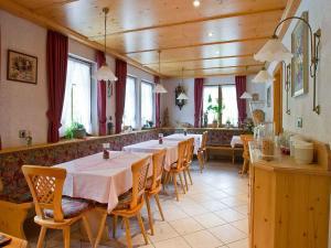 Ein Restaurant oder anderes Speiselokal in der Unterkunft Gästehaus Herrmann