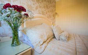 A bed or beds in a room at Haddon House Hotel
