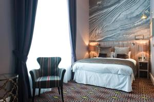 A bed or beds in a room at The Saxon Crown Wetherspoon