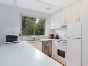 A kitchen or kitchenette at Albury Suites - Parkway Lane