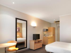 Travelodge Hotel Sydney Martin Place tesisinde bir televizyon ve/veya eğlence merkezi