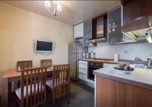 Кухня или мини-кухня в Apartamenty Na Prosveshcheniya 35