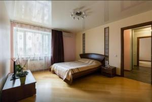 Кровать или кровати в номере Apartamenty Na Prosveshcheniya 35