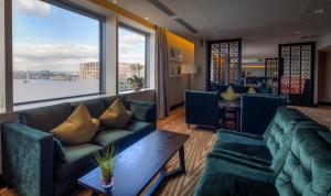 A seating area at Hilton London Canary Wharf