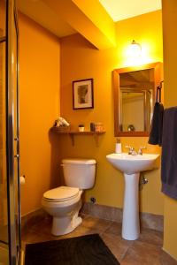 A bathroom at Auberge Kicking Horse Guest House