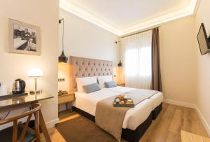 A bed or beds in a room at Hotel Real Segovia