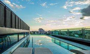 Der Swimmingpool an oder in der Nähe von Art Mai Gallery Nimman Hotel Chiang Mai