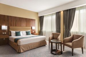 سرير أو أسرّة في غرفة في Howard Johnson by Wyndham Abu Dhabi Downtown