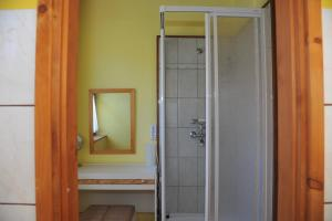 A bathroom at Csuka Vendégház