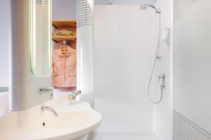 A bathroom at Ibis Budget Bamberg
