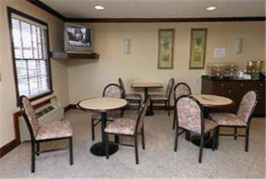 A restaurant or other place to eat at Yorktown Motor Lodge