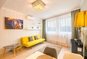 A seating area at Royal Danube Apartments