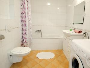 Un baño de Leda Apartments