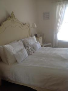 A bed or beds in a room at Lilly's Pad