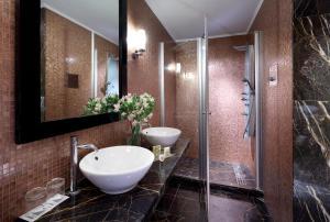 A bathroom at Eurostars Thalia