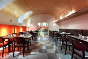 A restaurant or other place to eat at Eurostars Thalia