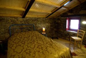 A bed or beds in a room at Palheiros do Castelo