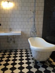 A bathroom at Clarion Collection Hotel Borgen